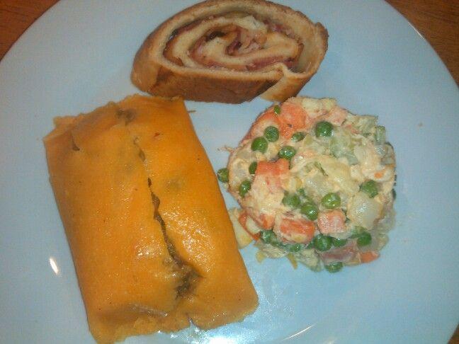 Hallaca, pan de jamon y ensalada de gallina. Plato tipico de Navidad Venezolano