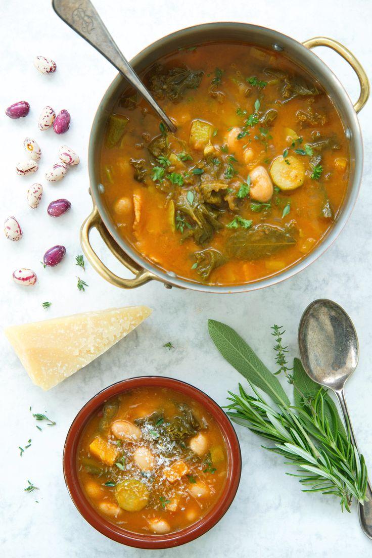 Kjip tirsdag? Lag en mettende suppe som varmer sjel og sinn på en hustrig og regnfull høstdag – prøv den toscanske bønnesuppen Ribollita! Kremet, fyldig og nærende med grønnkål, bønner, urter og parmesan. Tar du snarveien og bruker boksebønner har du suppen ferdig på snaue 30 minutter. http://www.gastrogal.no/ribollita/  #Bønner, #Bønnesuppe, #CanneliniBeans, #Grønnkål, #Italiensk, #Ribollita, #Suppe, #ToscanskBønnesuppe, #Vegetarisk