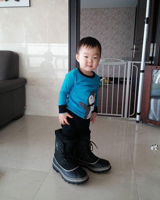 많은 분들 성원에 놀라...@.@ 집에 가는 길에 핸드폰에서 찾은... 아빠 신발 신은 대한이~^^ 2014.1.5  #songdaehan #송대한 #삼둥이 #대한민국만세