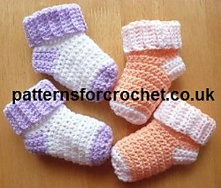 Free crochet pattern for baby socks, easy to follow and quick to make. Available in USA and UK formats.