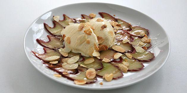 Vildt nem dessert med tynde rabarberskiver, ristede mandelflager og herlig vaniljeis.