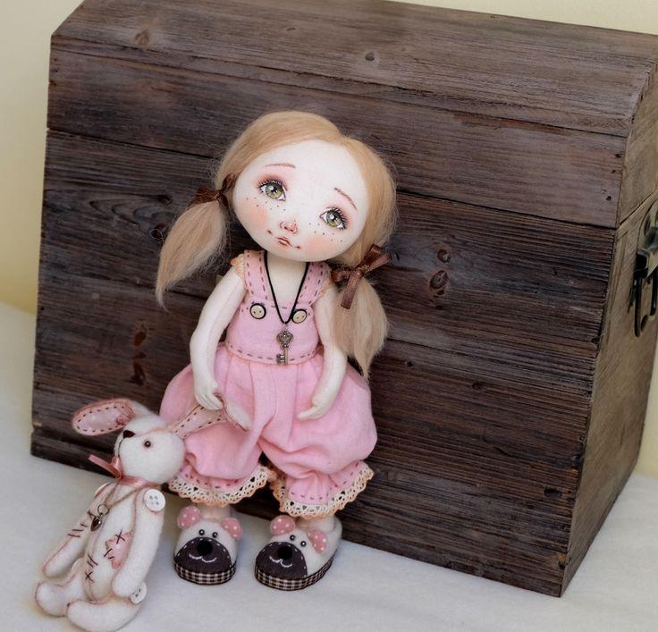 """Panenka+""""Klárinka""""+s+králíkem...:)+PanenkaKlárinka+je+malá,+roztomilá+holčička,+ušitá+s+velkou+láskou+a+pečlivostí.+Dorostla+do+výšky+26+cm.+Celá+panenka+je+ušita+z+bavlněné+látky.+Má+pohyblivé+ručky+i+nožky-+může+samozřejmě+i+sedět.+Stojí+sama+velmi+stabilně+a+nepotřebuje+tak+žádný+stojánek.Prsty+na+nohou+i+rukou+jsou+prošité.Ručky+obsahují+jemné..."""