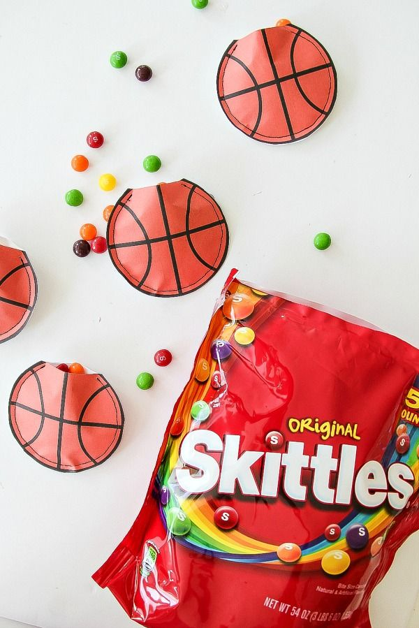 DIY basketball paper treat bags for party favors! #SkittlesTourney #client #ad