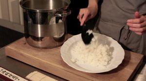 TV: Sushiskolen - Lær at lave en stor makirulle med krebsehaler, purløg og asparges | Samvirke.dk