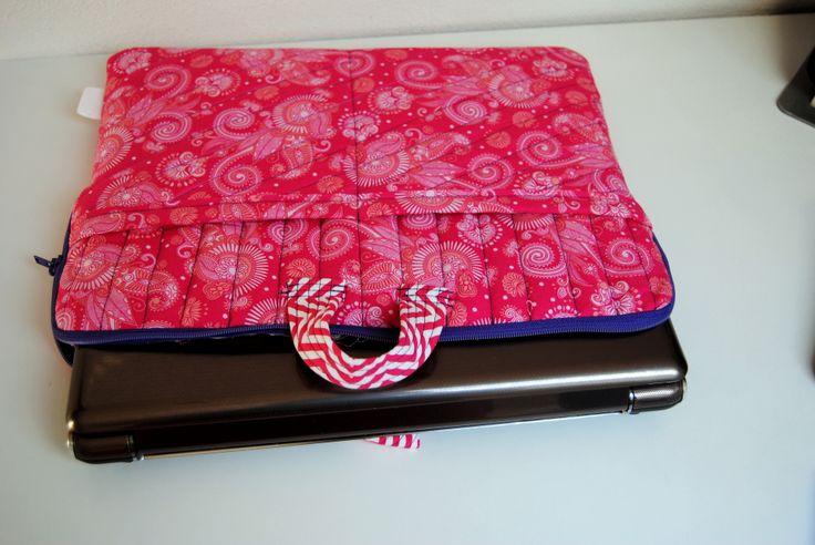 """Obal na notebook o úhlopříčce 15"""". Ušito podle: http://thestitchingscientist.com/2013/12/quilted-laptop-case.html"""