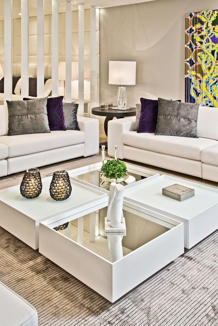A #decoração clean também combina com o #verão. A #sala fica mais clara com mesinha de centro branca e sofás da mesma cor. As almofadas e o quadro colorido dão o toque especial. #homedecor #ficaadica