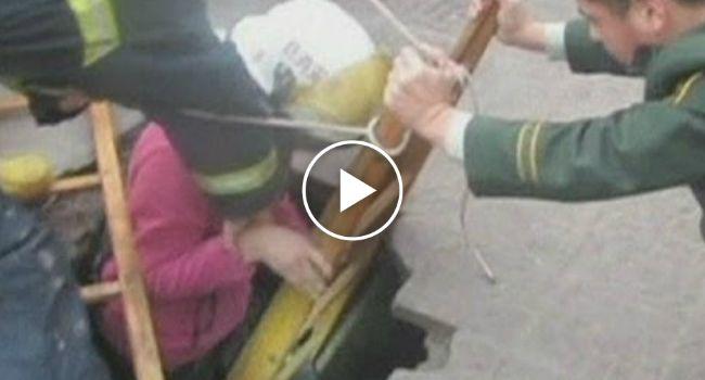 Jovem Chinesa Cai Num Buraco Com 6 Metros De Profundidade