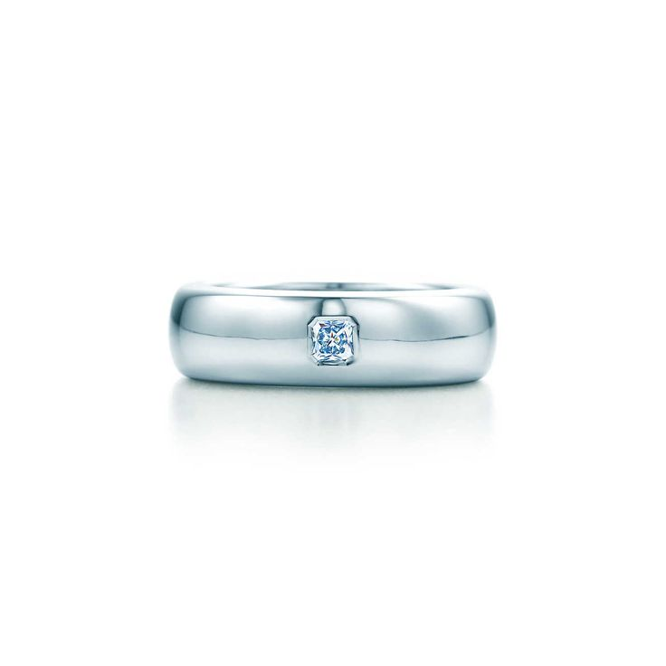 Lucida® band ring with a diamond in platinum, 6mm wide.