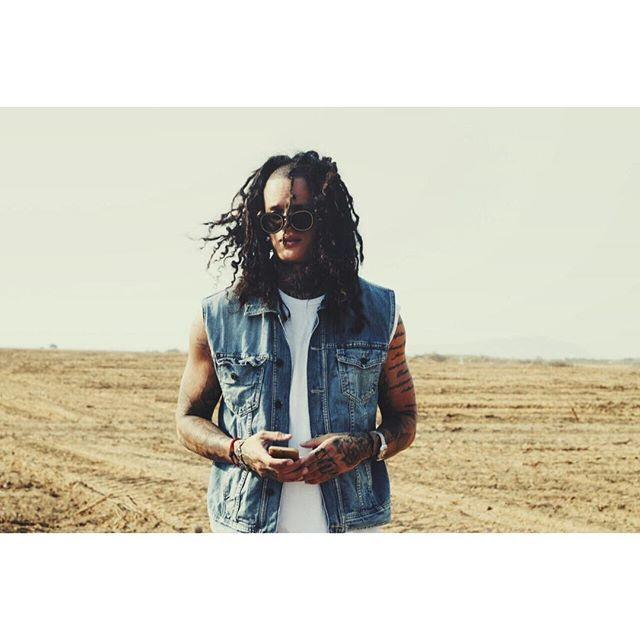 Tome el camino de la música reggae como un instrumento para xpresar mi sentir y el de millones de personas que sienten viven y toman el reggae como una forma de vida .... el resultado de la mezcla de todas mis culturas latinas caribeñas ... Hace de mi música una sola NACIÓN  donde el pasaporte de todos dice #UNITY ..... REGGAE MUSIC ES EL CAMINO !!! #NATION