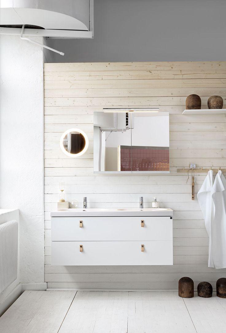 Badrumsmöbler från Ballingslöv - robust pålitligt och skandinaviskt linjestarkt. Här ser vi badrumsmöbeln Bright, i utförandet Slät vit. Notera hur de nya badrumsbeslagen i läder harmoniserar med resten av badrummet, ett modernt badrum att koppla av i enligt oss.