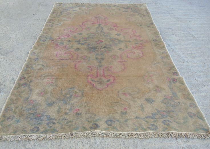 Vintage Boheemse Pastel gekleurde Decorativ Oushak deken Oushak Saloon tapijten, handgemaakte oude Turkse wol tapijt 44 x 73 / 135x223cm  Handgemaakte wol op wol hoge stapel, gedempt gekleurde pastel Oushak tapijt. Goede conditie gewassen schoongemaakte klaar om te gebruiken.  Grootte: 44 x 73 / 135x223cm  Ik zal sturen via FEDEX in 3 werkdagen.  De tapijten bent u niet gelukkig in dezelfde voorwaarde koper betaalt de verzendkosten van beide manier, kunt u terugkeren.  LAAT HET ME WETEN ALS…