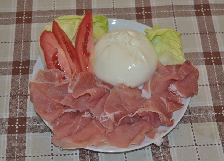 Prosciutto crudo di Parma, pomodori e burrata - Parma Ham, tomatoes and burrata - more recipes on www.TDSitalianfood.com