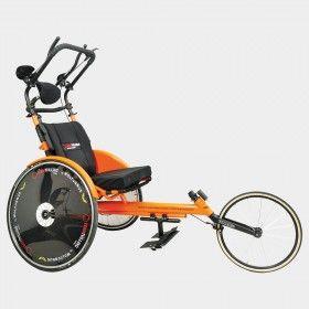 Wolturnus Amasis Team Twin Edition. (Marathon duwrolstoel, Marathon Push Wheelchair) voor mensen met ernstige vaak meervoudige handicaps die niet zelfstandig een wheeler (race rolstoel) voort kunnen bewegen en toch graag met hun vrienden of familie mee willen doen aan hardloop evenementen.