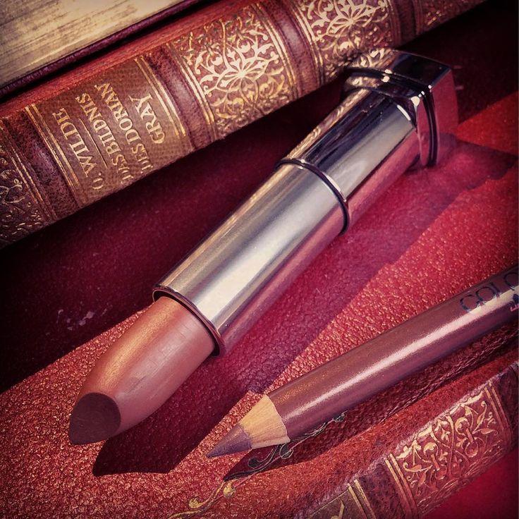 Was für eine spitzen Kombo �� Der matte Lippenstift von @maybelline ist so wundervoll �� Es ist die Farbe 986 #meltedchocolate uns sieht brauner aus wie auf dem Bild �� Trotzdem hat er einen leichter Kufpereinschlag und lässt die Lippen somit lebendiger wirken ❤️ Perfekt für einen dramatischen Diva Look, denn damit wirkt man sofort rassiger, femininer und älter ���� #lips #lipstick #maybelline #986 #matte #lipliner #chocolate #brown #red #old #books #makeup #cosmetics #colorsensational…