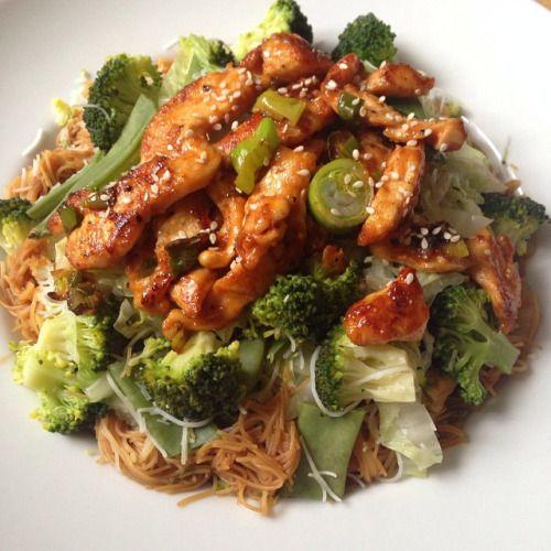 Rýžové nudle s kuřecím masem Rýžové nudle Brokolice Čínské zelí Sójová omáčka Kuřecí maso Do velké mísy nalijeme na dno sójovou omáčku (asi 3 lžíce) trochu rýžového octa (1 lžíce),½ lžičky sušeného zázvoru (čerstvého), stroužek prolisovaného česneku,...