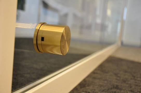 Ottone dà voce alla tua vetrina: riproduce l'audio all'esterno del negozio sfruttando l'intera grandezza del vetro!