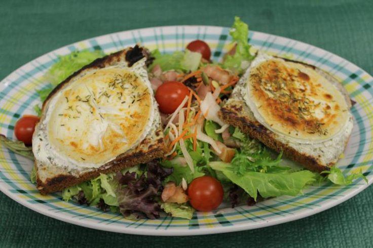 """La salade """"Chèvre Chaud"""" : Salade mêlée, chèvre chaud sur tartine de pain grillé, lardons, sauce fines herbes, herbes de Provence."""