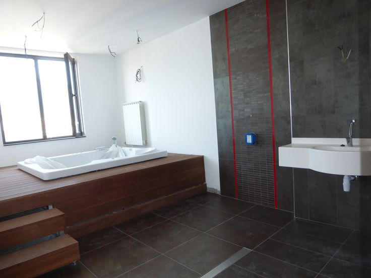 Прекрасен, просторен, слънчев и панорамен апартамент, находящ се в сграда с разрешение за ползване от 2004г. Състои се от голяма дневна с обособен светъл кухненски кът, трапезария и дневна част, две спални, едната от които с гардеробна, уникална баня с джакузи, второ санитарно помещение, перално и чудесна тераса с гледка към Витоша. Подът е на замазка, стените и таваните са на латекс, а санитарните помещения са на гранитогрес и фаянс. Отоплението е на ГАЗ, но има и два инверторни климатика…