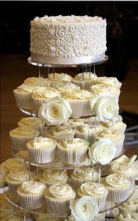 Tortas de casamiento con cupcakes en blanco