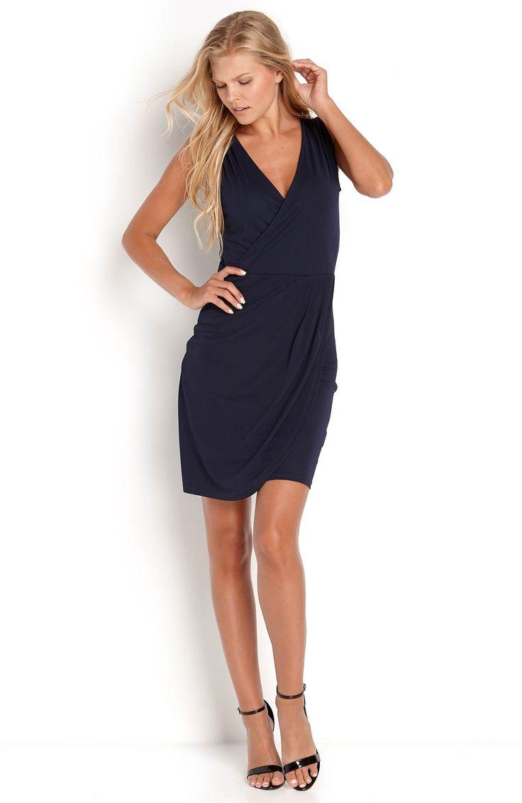 Modna, granatowa sukienka bez rękawów marki B.Young. Elegancki fason z kopertowym wykończeniem. 219 zł na http://www.halens.pl/moda-damska-na-gore-5750/sukienka-paulina-573962?imageId=413089&variantId=573962-0021