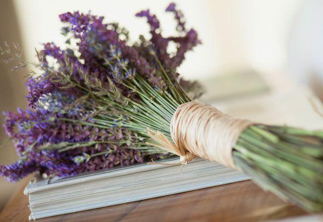 El ramo de novia quedará perfecto si utilizas flores silvestres o plantas aromáticas como la lavanda. Un sencillo ramillete atado con una cinta de rafia dará el toque de color al vestido al mismo tiempo que le aportará naturalidad.: