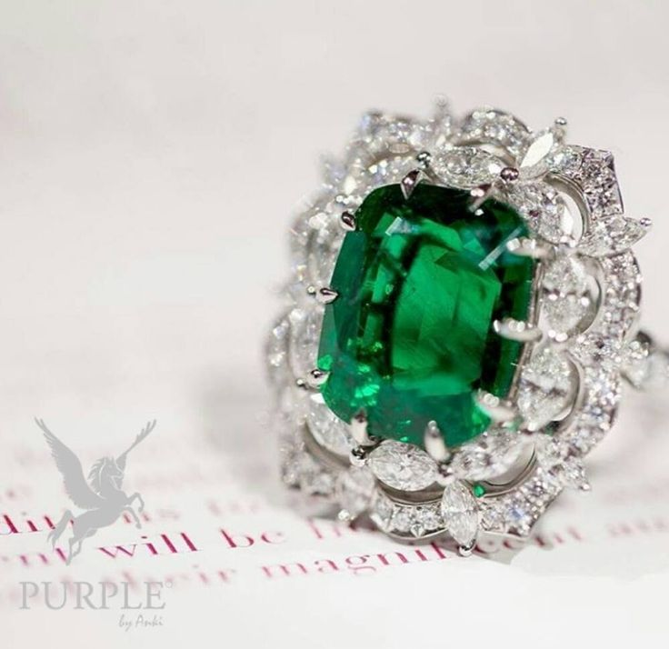 Be fabulous with this stunning ring with emerald gem by @jewellerythroughtime…