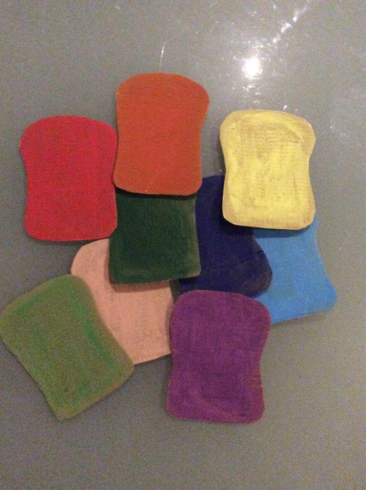 Thema de bakker. Kleurenspel: elke kleuter krijgt een broodzak. Ze gooien elk om de beurt met de dobbelsteen en doen het juiste aantal en/of kleur in hun zak.