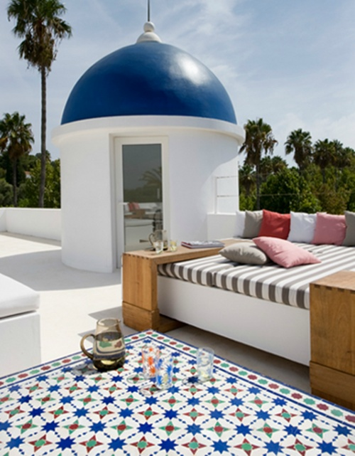 This patio/rooftop looks interesting........