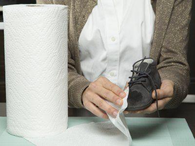 Como limpiar una mancha de la gamuza