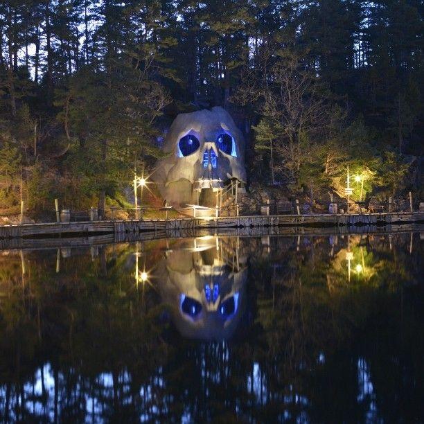 Abra havn. #abrahavn #dyreparken #Kristiansand #hodeskallebukta #kapteinsabeltann #nightphotography #longexposure #bynight #nikon #nikonphotography #sjørøver #pirates #skull #glowingskull #skullbay