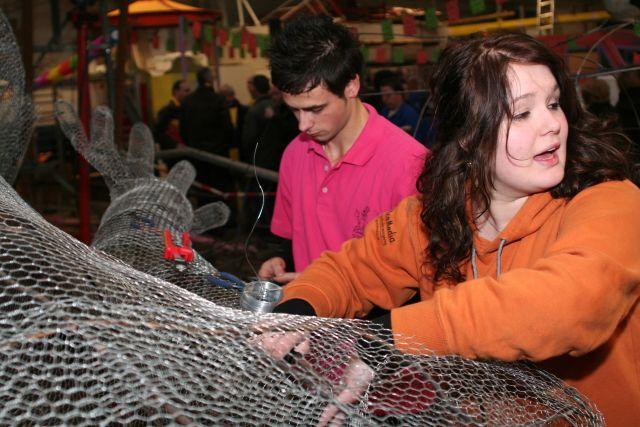 Bij de opening van de Bouwhal waren vele wagenbouwers al druk bezig voor de optocht van 2011