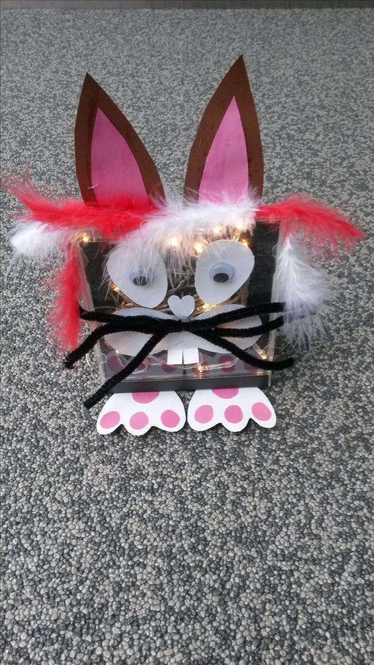 Paashaas van Cd-houder: Ontwerp een haas van papier, wiebeloogjes, chenille draad. Set led lampjes in houder geeft leuk effect; batterijhouder achterop vastlijmen en de paashaas blijft ook nog eens goed rechtop staan.