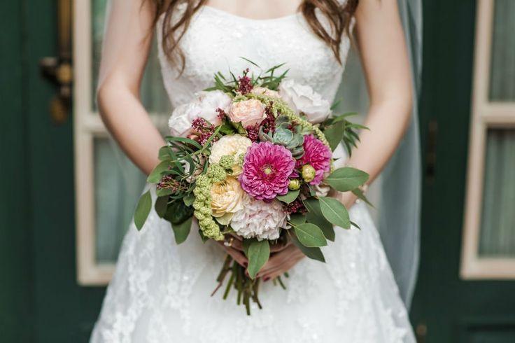 фотосессия невесты с ярким букетом, photoshoot bride with a bouquet of bright