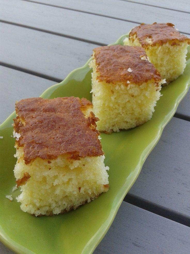 Gâteau au yaourt à la noix de coco 1 pot de yaourt 3 oeuf 2 pots de sucre 3 pots de farine avec levure intégrée Francine sinon rajouter 1 sachet de levure chimique 2 pots de noix de coco 1/2 pot d'huile sel -------------------------------------- Préchauffer...