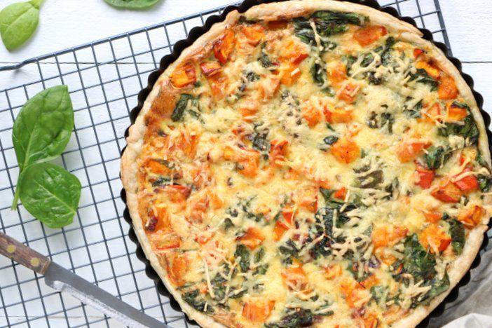 Op zoek naar een herfst recept voor hartige taart? Wat dacht je van deze quiche met pompoen, spinazie en oude kaas? Ultiem comfortfood, lekker kruidig