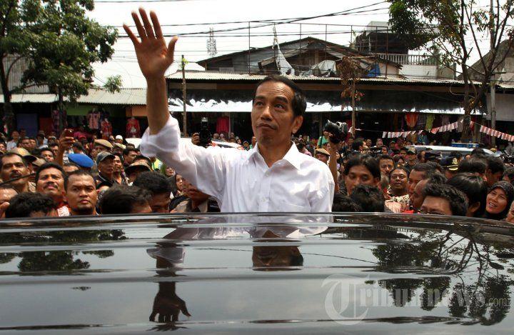 Gubernur DKI Jakarta, Joko Widodo meninjau kios pedagang usai meresmikan Pasar Blok G Tanah Abang Jakarta Pusat, Senin (2/9/2013). Pasar dikhususkan untuk pedagang kaki lima (PKL) yang selama ini berjualan di pinggir jalan sekitar pasar Tanah Abang. TRIBUNNEWS/HERUDIN