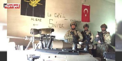 """El Bab'daki 'sniper kafe!': El Bab'da süren operasyondan yeni fotoğraflar geldi. Fotoğrafları güvenlik uzmanı Abdullah Ağar sosyal medya hesabından paylaştı. En dikkat çeken kare, özel kuvvetlerin keskin nişancılarının bulunduğu binaya ait. Türk keskin nişancılarının DEAŞ'dan aldıkları bir binaya """"Le Cafe'de Sniper"""" adını verdiği görülüyor."""