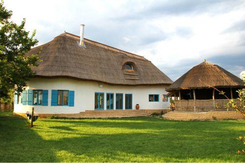 5 CHIRPICI Din Maramureş ne mutăm în Delta Dunării unde te invităm să descoperi un adevărat sat în miniatură: în Murighiol a fost inaugurat 5 Chirpici, un complex cu 4 căsuţe şi un modul ce cuprinde bucătăria, diningul, livingul comun; un foişor cu cramă si multă verdeaţă. Mai spunem doar atât: casuţe albe cochete acoperite cu stuf şi cercevele vopsite în albastru şi un meniu compus din multe-multe preparate din peşte. Comuna Murighiol, judeţul Tulcea. Detalii pe: www.5chirpici.ro.