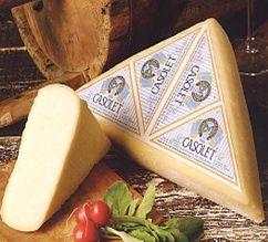 Casolet queso de Val Camonica Casolet es un queso producido en los valles de Trentino y forma Lombardia.La Casolet puede ser triangular o la preparación tonda.La Casolet varía según las regiones de producción: Lombardía con cuajo de ternera líquido y se procesa a una temperatura que puede alcanzar 47 gradi.Ha un tiempo de curado que van desde 60 días a un año. En Trentino vez que se utilizan para preparar el Casolet utilizando cuajo en polvo o natural con una temperatura de procesamiento…
