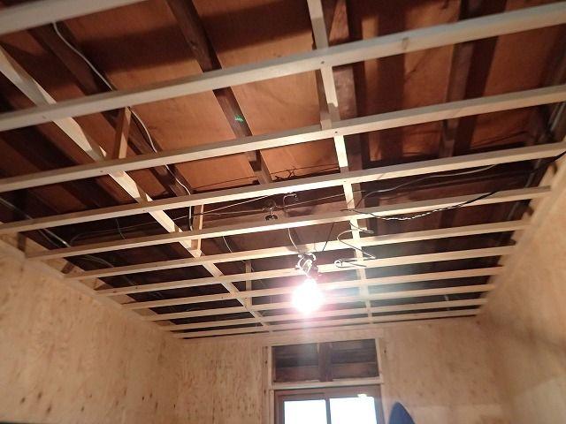 スケルトンリフォームの工事中 天井に断熱材を入れるため根太を組んだ