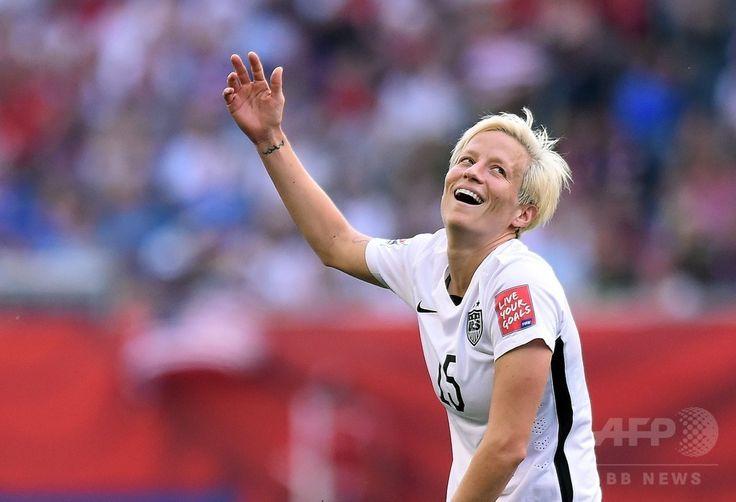 女子サッカーW杯カナダ大会・グループD、米国対オーストラリア。イエローカードを提示され不満げなジェスチャーをみせる米国のミーガン・ラピノー(2015年6月8日撮影)。(c)AFP/JEWEL SAMAD ▼8Jun2015AFP|ラピノーが2得点!米国がオーストラリアに快勝 女子サッカーW杯 http://www.afpbb.com/articles/-/3051100 #2015_FIFA_Womens_World_Cup #Megan_Rapinoe