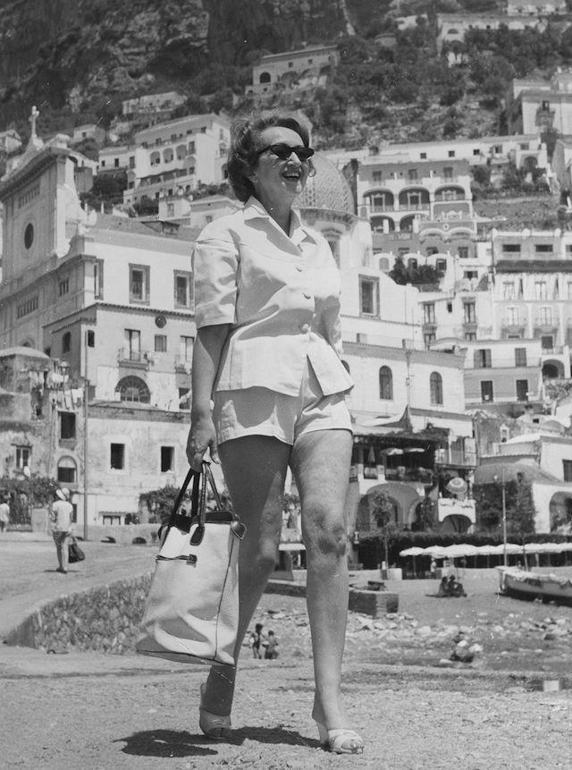 La scrittrice italiana Alba de Cespedes in vacanza a Positano, negli anni Cinquanta.