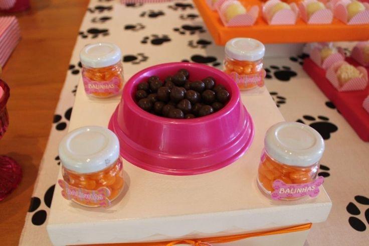 Diferentes tipos de vasilhas para alimentar cães foram usadas para servir bolinhas de chocolate nessa festa de aniversário decorada pela Adriana Porto Festas e Eventos