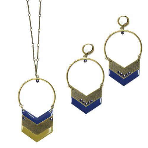 Jolies parures graphiques, composées de  chevrons en métal ou émaillés. Quelques anneaux et de la chaîne suffisent à les réaliser. C'est très facile ! #LaDroguerie #Bijoux