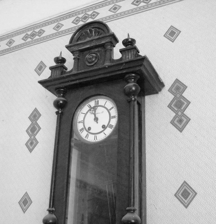 1 апреля. Старые часы.