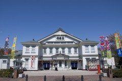 秋田県鹿角郡小坂町にある康楽館は日本三大鉱山の一つと言われ当時全盛期だった小坂鉱山の厚生施設として明治43年1910年に建てられた芝居小屋で洋風の外観を持ちながら小屋の中の芝居設備は桟敷や花道回り舞台など日本の芝居小屋の特徴を持つ和洋折衷の建物です  康楽館では様々な劇団が持ち回りで行う常打ち公演や人気役者による歌舞伎大芝居などが行われており今でも古き佳き明治時代の趣を残した貴重な現役の芝居小屋です  tags[秋田県]