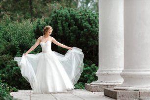 Белое свадебное платье с классическим корсетом