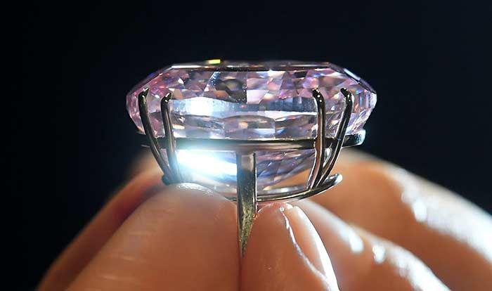 La gema, de 59.6 quilates, se convierte en la joya más cara de la historia; fue vendida por la casa Sotheby's a una joyería de Hong Kong