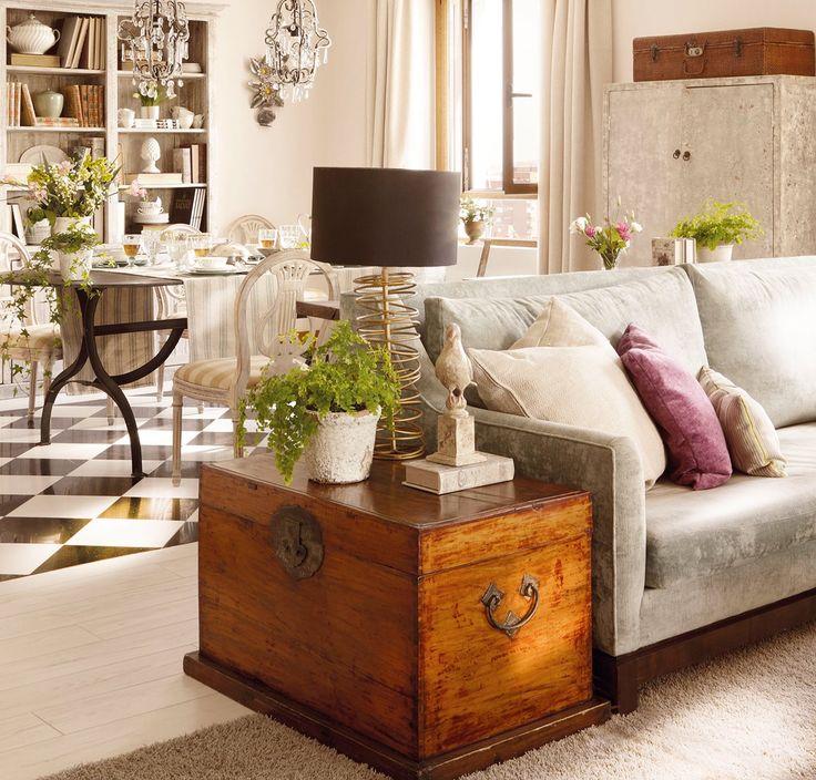 Como mesa auxiliar  Si recuperas un baúl, límpialo a fondo, revisa los herrajes y aplica un barniz incoloro. Este, de Natalia Parlade, se adapta al fondo del sofá.