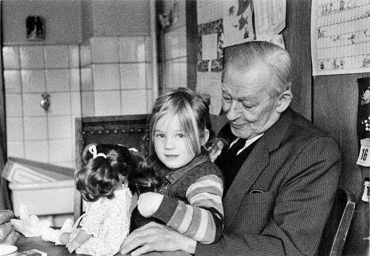 Bernhard Krüger z wnuczką Charlotte wiele lat po wojnie (fot. archiwum rodziny Krüger)
